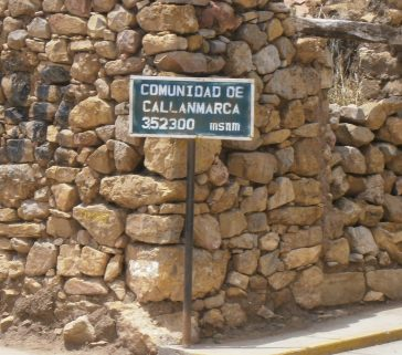 En la plaza de Callanmarca está este letrero, que indica que el lugar es también comunidad campesina. La típica dualidad institucional de los pueblos de Angaraes