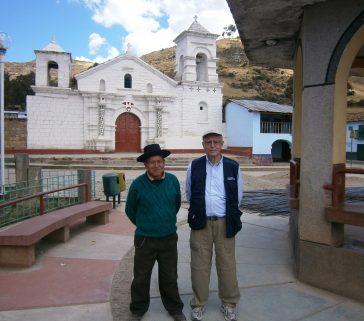 En la plaza de Callanmarca, con autoridades locales
