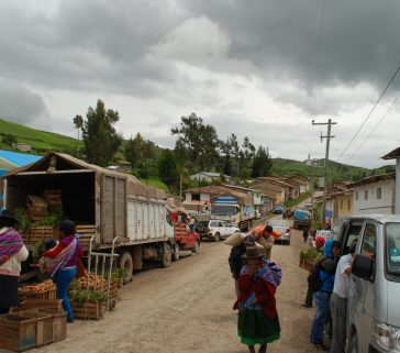 También en la feria de Pomacancha, estacionamiento de vehículos motorizados (que están reemplazando a los burros)
