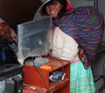 También las campesinas de Paucará van a las cabinas de internet