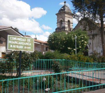 Plaza del distrito de Huancahuanca, que es también comunidad campesina. Expresión de la típica dualidad institucional de los pueblos de Angaraes