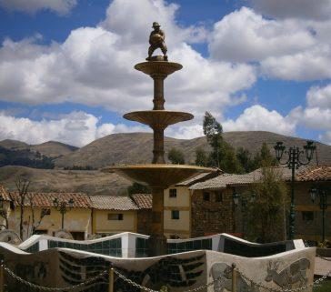 Pileta de la plaza de Huayllay Grande con la imagen del pulsuruni, símbolo de la competencia por levantar pesadas piedras