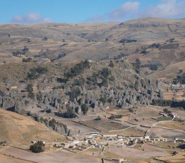 Paisaje típico cercano a Paucará con formaciones rocosas cónicas