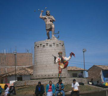 Monumento en Paucará a personaje precolombino y al danzante de tijeras