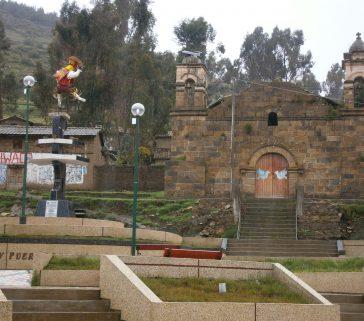 Parque de un centro poblado rural en Rosario, con iglesia y monumento al danzante de tijeras